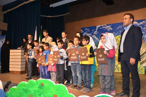 تقدير از دانش آموزان برتر در اختتاميه جشنواره مرد آبي در بوشهر